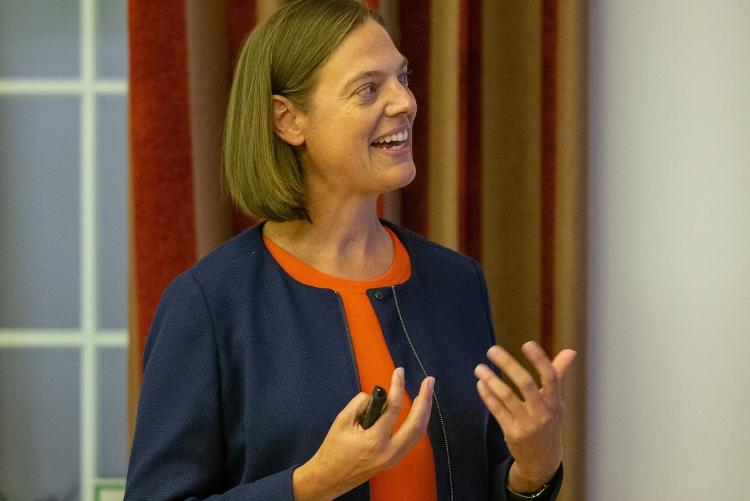 Die Laudatio für Frau Exle wird von Frau Professor Klinkner gehalten, selbst frühere Amelia-Earhart-Preisträgerin. Copyright: Universität Stuttgart/Leif Piechowski
