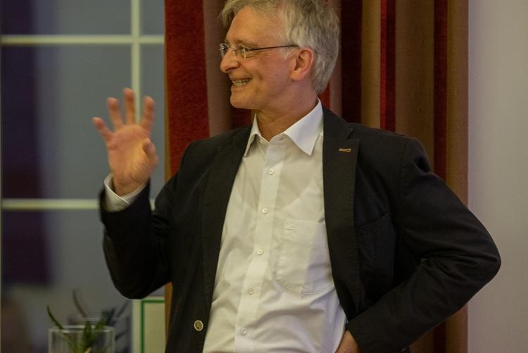 Professor Bernhard Weigand, Betreuer der Arbeiten von Frau Baggio und Frau Schlottke, hält die Laudatios.Copyright: Universität Stuttgart/Leif Piechowski