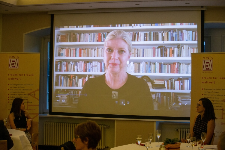 Die frühere Präsidentin von Zonta International, Susanne von Bassewitz, hat eine Videobotschaft an die Preisträgerinnen gesendet. Copyright: Universität Stuttgart/Leif Piechowski