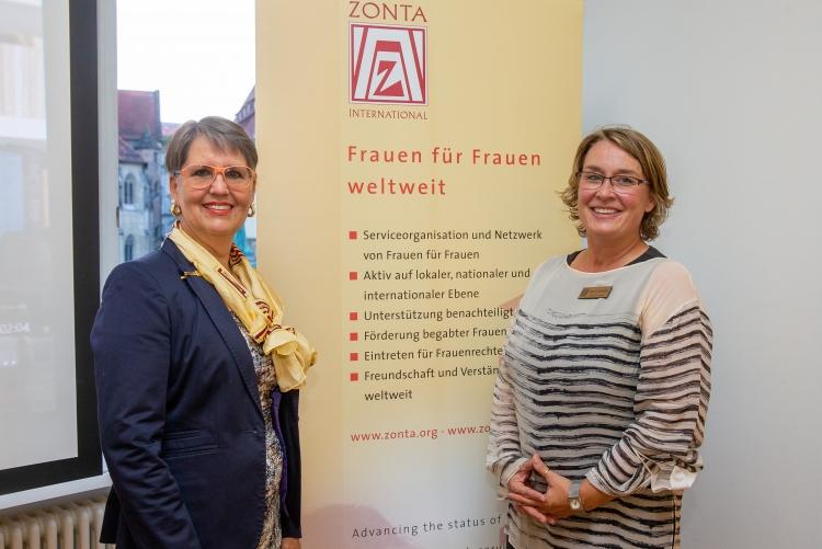Die Unionspräsidentin Doris Brummer und Clubpräsidentin Stefanie Sauerhöfer freuen sich über und mit drei Preisträgerinnen aus Stuttgart. Copyright: Universität Stuttgart/Leif Piechowski