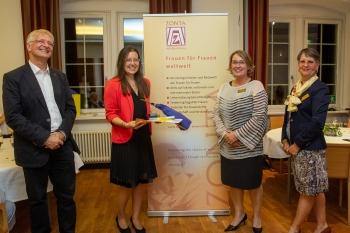 Auch Karin Schlottke freut sich über die Auszeichnung. Copyright: Universität Stuttgart/Leif Piechowski