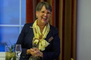 Doris Brummer, die Präsidentin der Union Deutscher Zonta Clubs, freut sich für die Preisträgerinnen. Copyright: Universität Stuttgart/Leif Piechowski